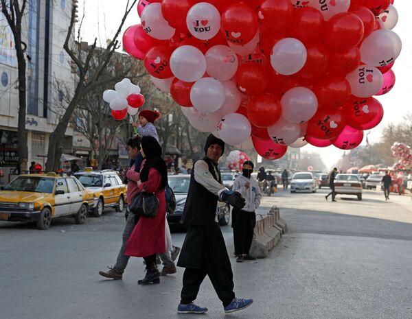 Uomo con palloncini nel giorno di San Valentino a Kabul - Sputnik Italia