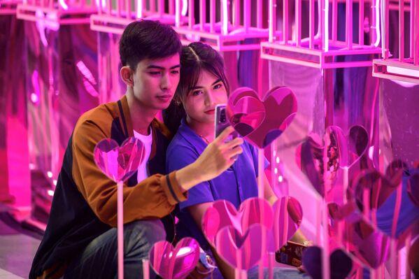 Coppia fotografata durante il giorno di San Valentino a Bangkok - Sputnik Italia