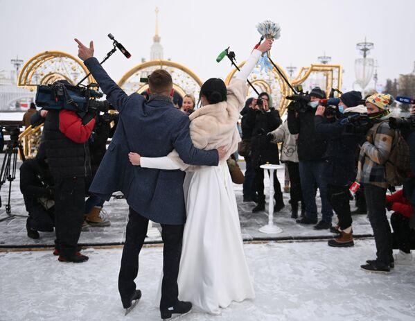 Gli sposi alla cerimonia di matrimonio sulla pista di pattinaggio VDNKH a Mosca - Sputnik Italia