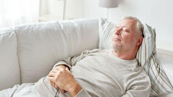 Пожилой мужчина спит на диване - Sputnik Italia