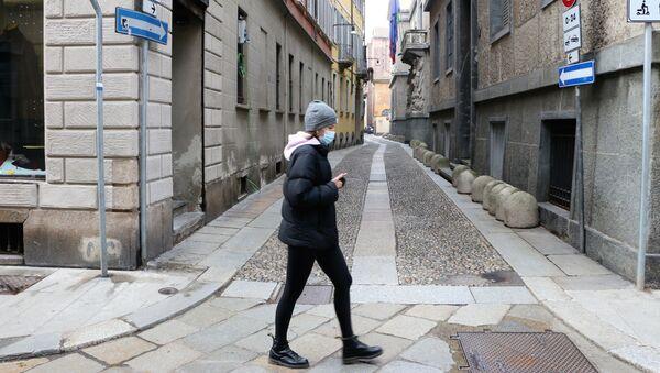 Una donna in una strada di Milano, Italia - Sputnik Italia