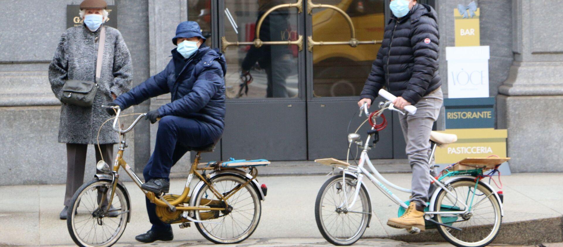 Le persone in bici a Milano, Italia - Sputnik Italia, 1920, 22.02.2021