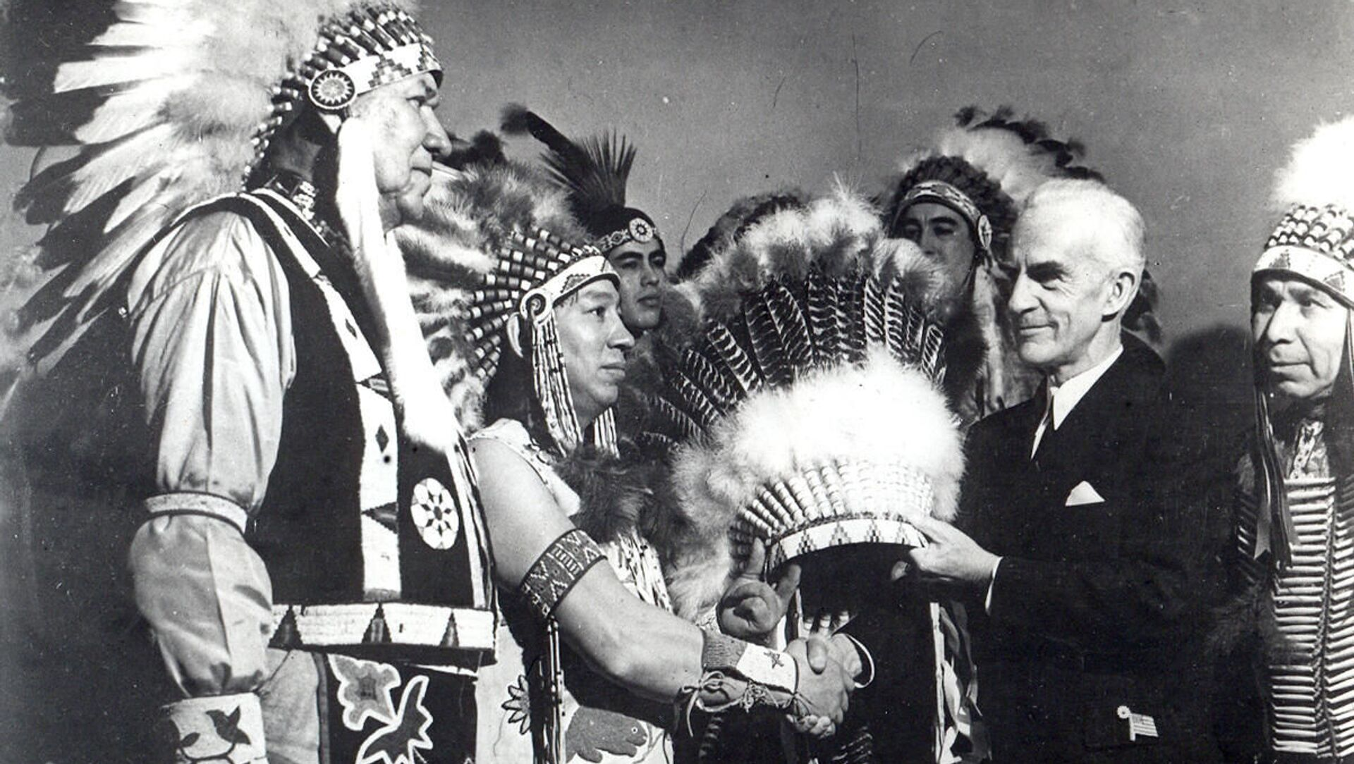 Ceremony of transfer of headgear of honorary Indian chief in New York, 1942 - Sputnik Italia, 1920, 18.02.2021