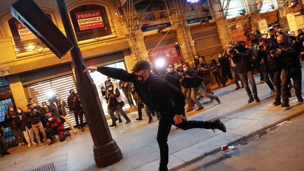 Демонстрант бросает мусорное ведро во время протеста сторонников рэпера Пабло Хазеля в Мадриде, Испания - Sputnik Italia