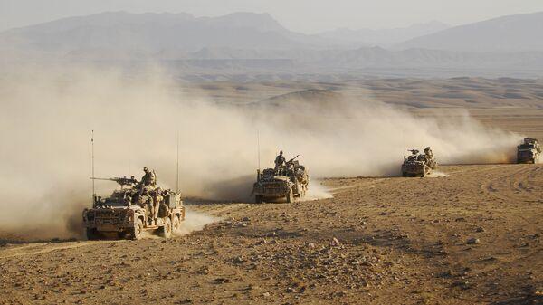 Forze speciali australiane su veicoli di pattuglia a lungo raggio guidano in convoglio attraverso uno dei deserti dell'Afghanistan (File) - Sputnik Italia