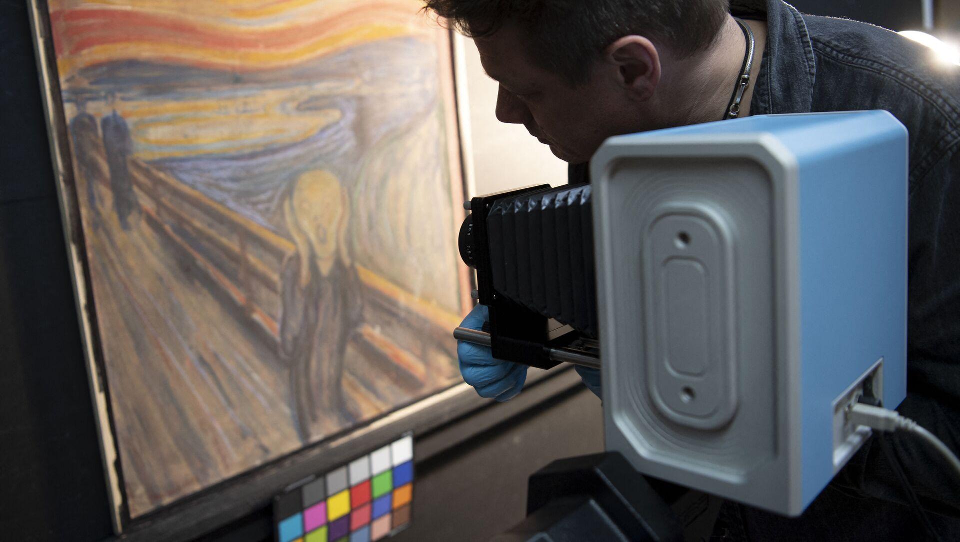 Il curatore del Museo Nazionale norvegese con uno scanner a infrarossi studia il dipinto di Edvard Munch - Sputnik Italia, 1920, 22.02.2021