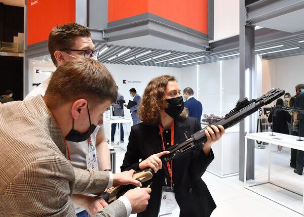 Il fucile smart MP-155 Ultima del gruppo Kalashnikov alla fiera dell'industria della difesa IDEX-2021 ad Abu Dhabi - Sputnik Italia