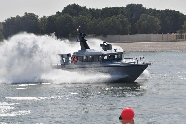 Esposizione di una barca multifunzionale alla fiera internazionale di armi IDEX-2021 ad Abu Dhabi - Sputnik Italia
