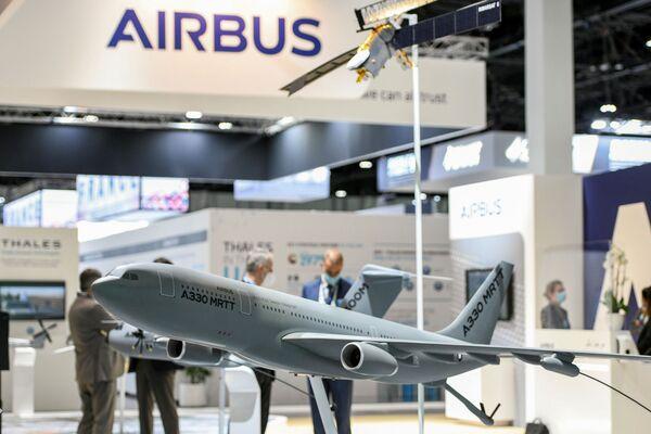 Un modello di aeroplano alla fiera internazionale di armi IDEX 2021 ad Abu Dhabi - Sputnik Italia