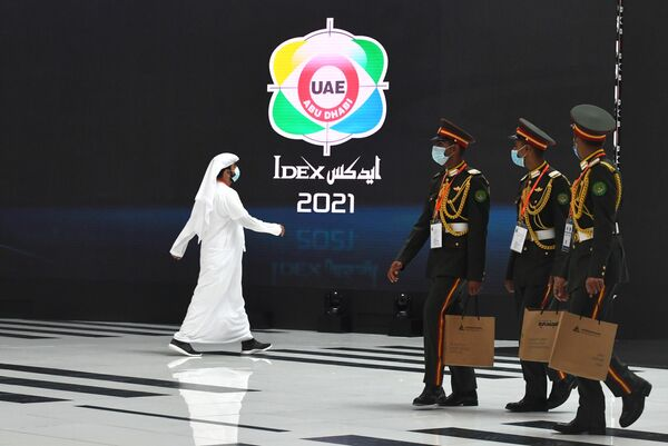 Visitatori alla fiera internazionale di armi IDEX-2021 ad Abu Dhabi - Sputnik Italia