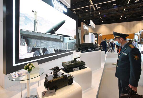 Un visitatore allo stand C&H Precision Weapons alla fiera dell'industria della difesa IDEX-2021 ad Abu Dhabi - Sputnik Italia