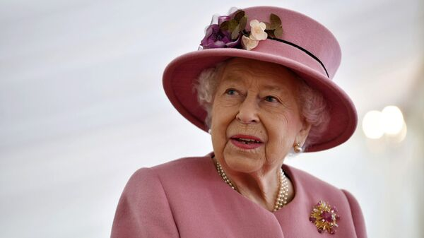 Britain's Queen Elizabeth II visits the Defence Science and Technology Laboratory (DSTL) at Porton Down, England, Thursday Oct. 15, 2020, to view the Energetics Enclosure and display of weaponry and tactics used in counter intelligence - Sputnik Italia