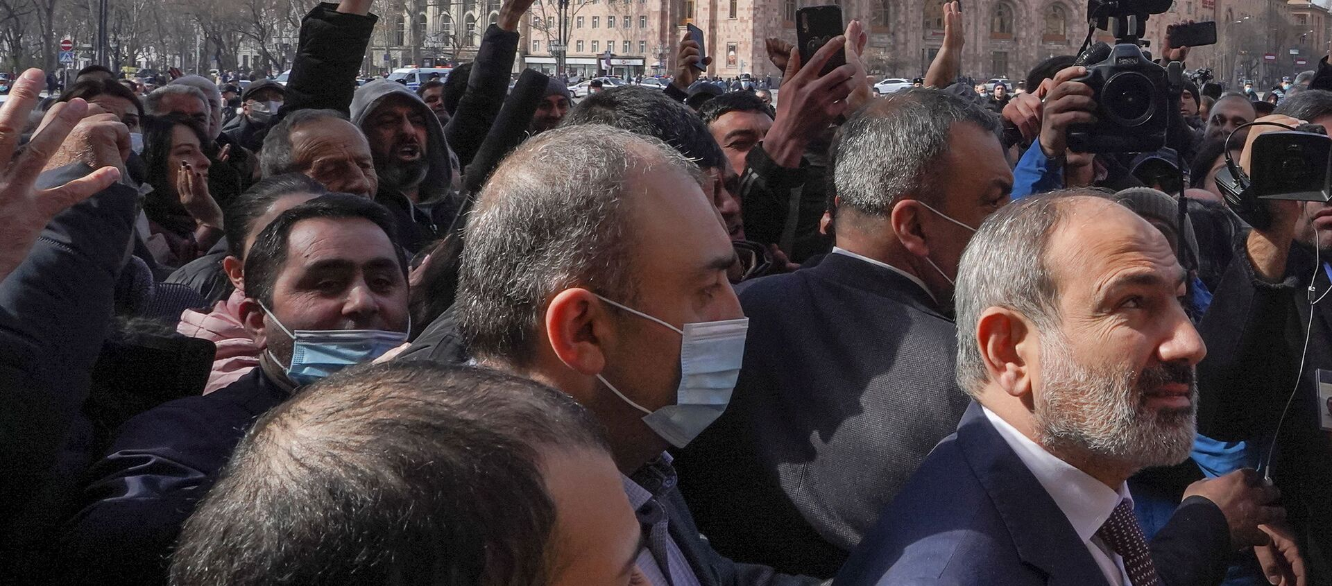 Armenian Prime Minister Nikol Pashinyan meets with participants of a gathering after he called on followers to rally in the centre of Yerevan, Armenia February 25, 2021 - Sputnik Italia, 1920, 25.02.2021