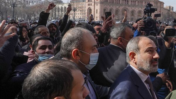 Armenian Prime Minister Nikol Pashinyan meets with participants of a gathering after he called on followers to rally in the centre of Yerevan, Armenia February 25, 2021 - Sputnik Italia