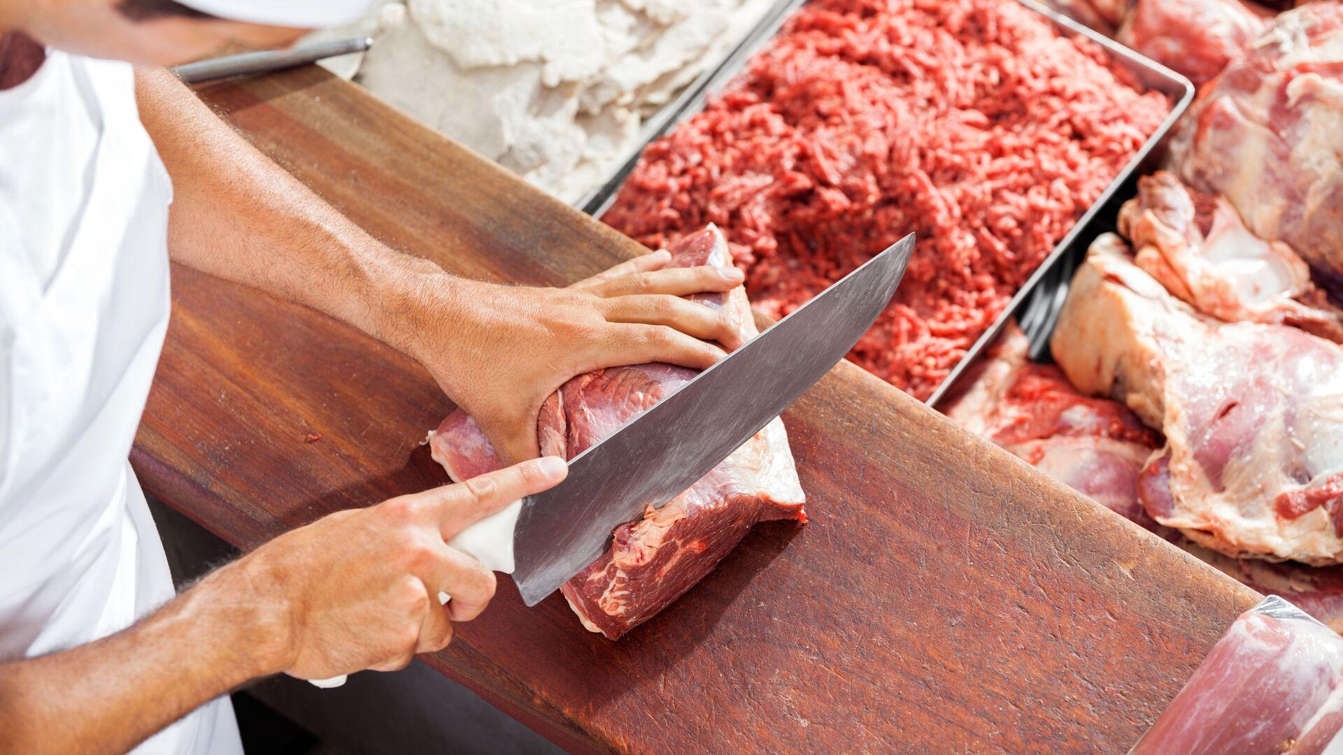 Macellaio con un pezzo di carne - Sputnik Italia, 1920, 27.02.2021