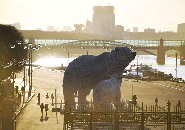 Statue di orsi polari nel parco Gorky, Mosca, Russia.  - Sputnik Italia