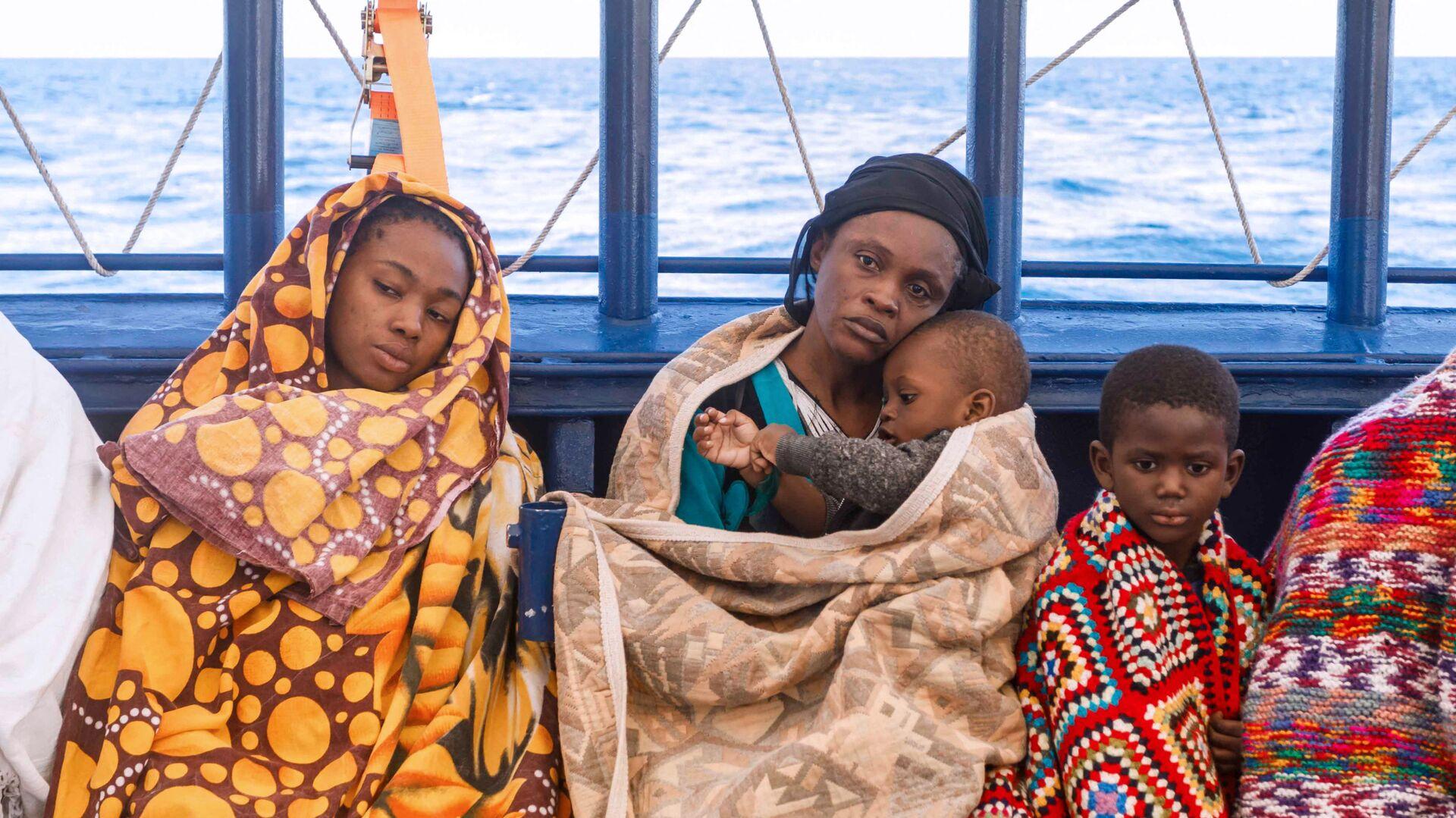 Un gruppo di migranti libici a bordo del battello di salvataggio Aita Mari  - Sputnik Italia, 1920, 14.07.2021