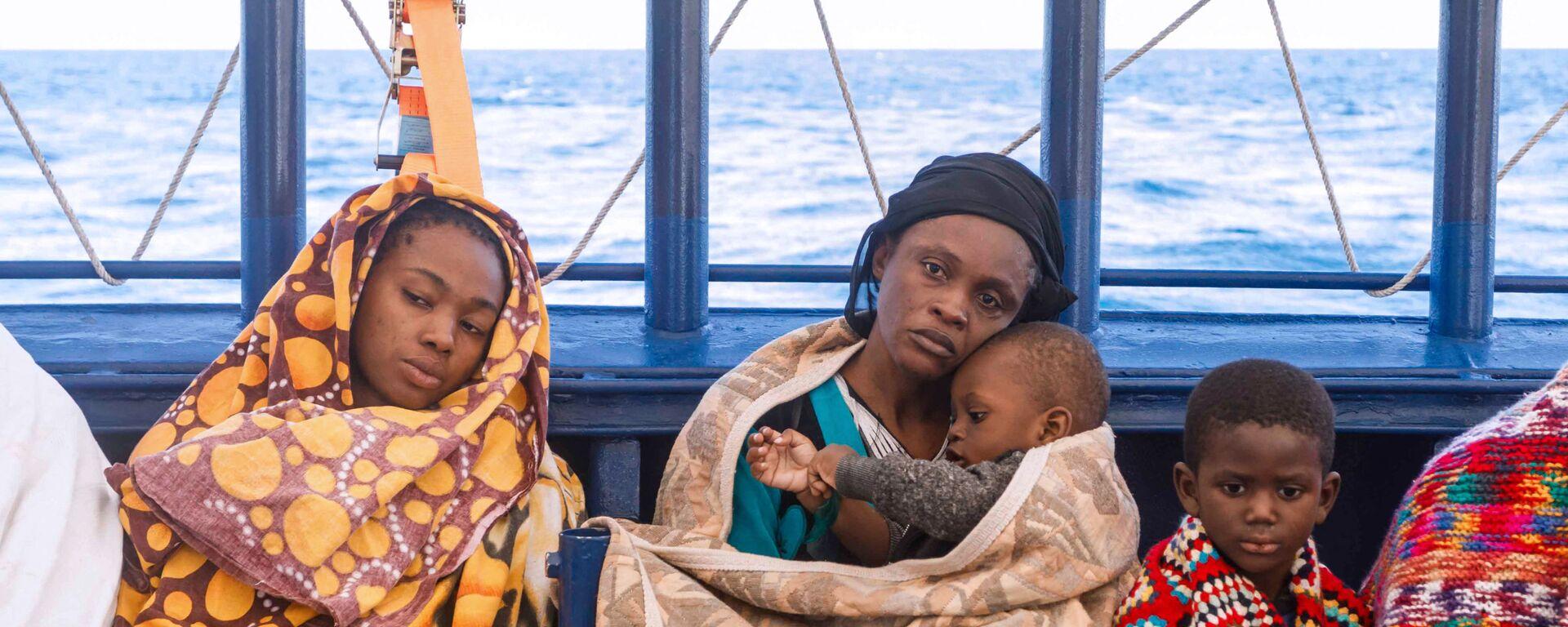 Un gruppo di migranti libici a bordo del battello di salvataggio Aita Mari  - Sputnik Italia, 1920, 29.08.2021