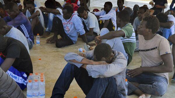 Спасенные мигранты отдыхают недалеко от города Хомс, примерно в 120 километрах к востоку от Триполи, Ливия - Sputnik Italia