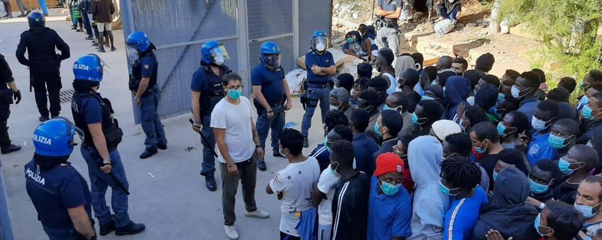 Migranti nel centro di accoglienza di Lampedusa - Sputnik Italia, 1920, 15.05.2021
