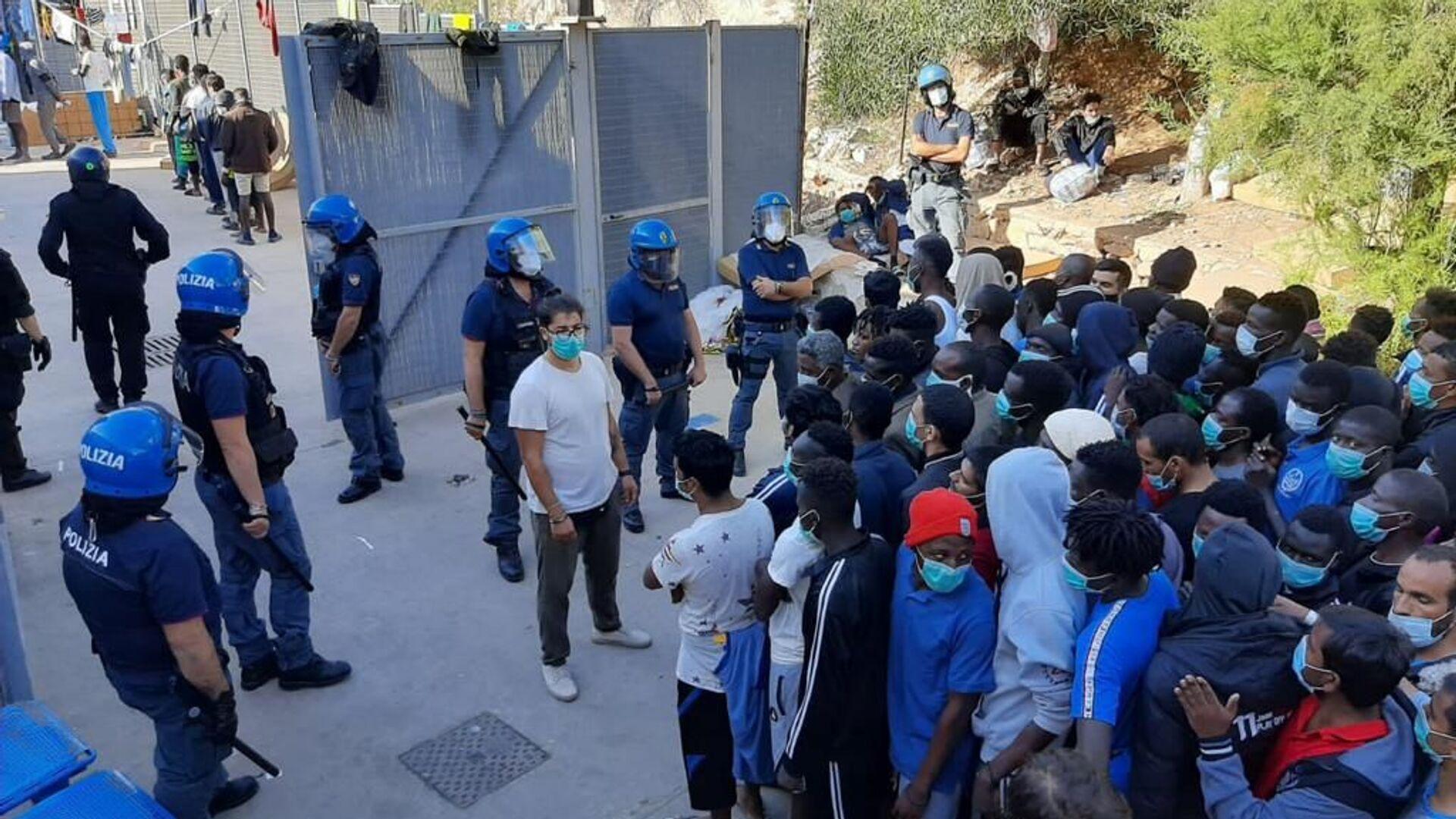 Migranti nel centro di accoglienza di Lampedusa - Sputnik Italia, 1920, 02.08.2021