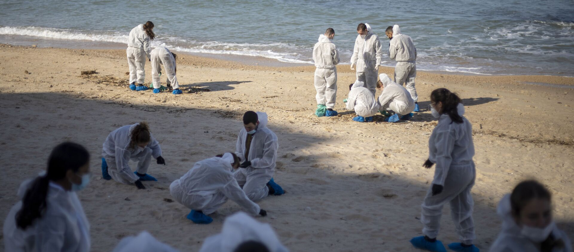 In this Monday, Feb. 22, 2021 file photo, Israeli soldiers wearing protective suits clean tar from a beach after an oil spill in the Mediterranean Sea in Sharon Beach Nature Reserve, near Gaash, Israel. Israeli authorities said they believed a tanker suspected of smuggling oil from Iran to Syria was responsible for spilling tons of crude into the Mediterranean last month, causing one of Israel's worst environmental disasters. - Sputnik Italia, 1920, 05.03.2021
