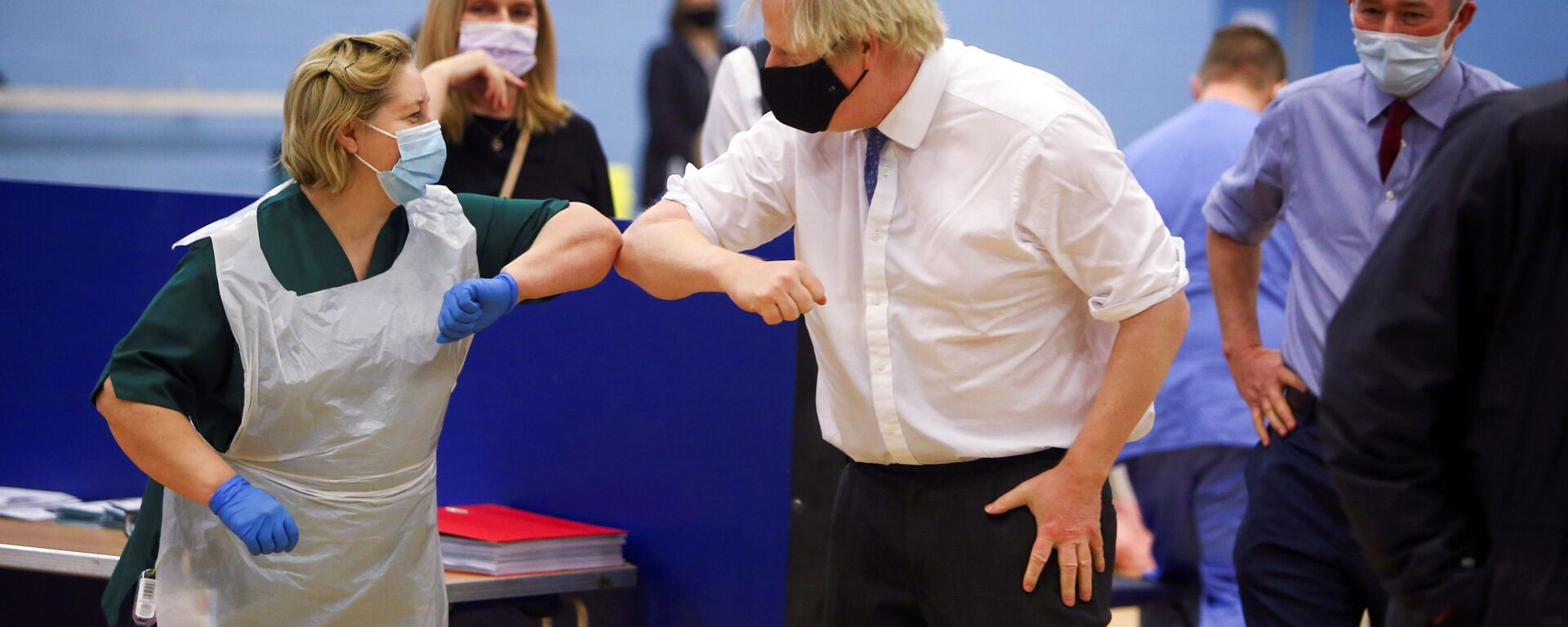 Премьер-министр Великобритании Борис Джонсон с медсестрой во время посещения центра вакцинации от коронавируса в Кумбране - Sputnik Italia, 1920, 02.08.2021