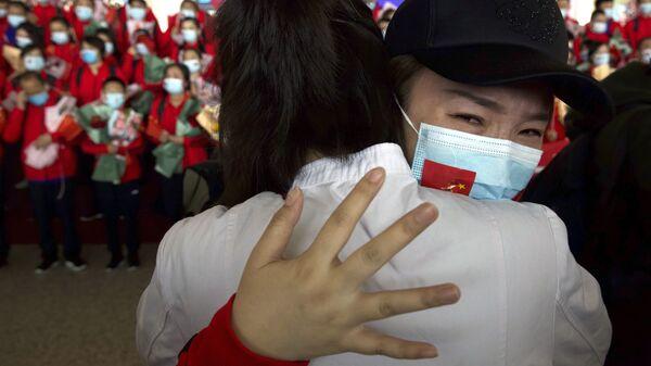 Медицинский работник из китайской провинции Цзилинь прощается с коллегами в международном аэропорту Тяньхэ в Ухане, Китай - Sputnik Italia