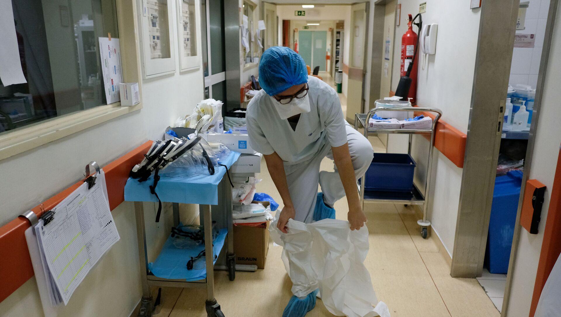 Infermiera prima di visitare il reparto con pazienti malati in ospedale a Lisbona, Portogallo - Sputnik Italia, 1920, 29.03.2021
