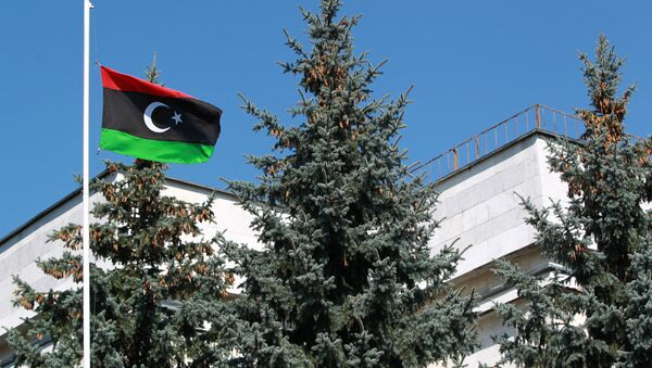 The flag of the National Transitional Council of Libya raised over the Libyan embassy in Moscow - Sputnik Italia