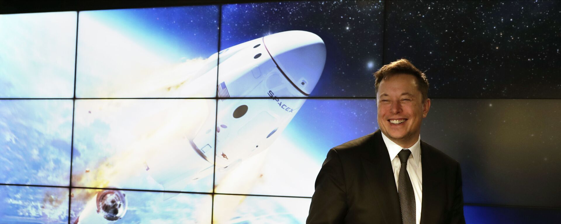 Elon Musk, founder, CEO, and chief engineer/designer of SpaceX speaks during a news conference after a Falcon 9 SpaceX rocket test flight to demonstrate the capsule's emergency escape system at the Kennedy Space Center in Cape Canaveral, Fla., Sunday, Jan. 19, 2020 - Sputnik Italia, 1920, 11.08.2021