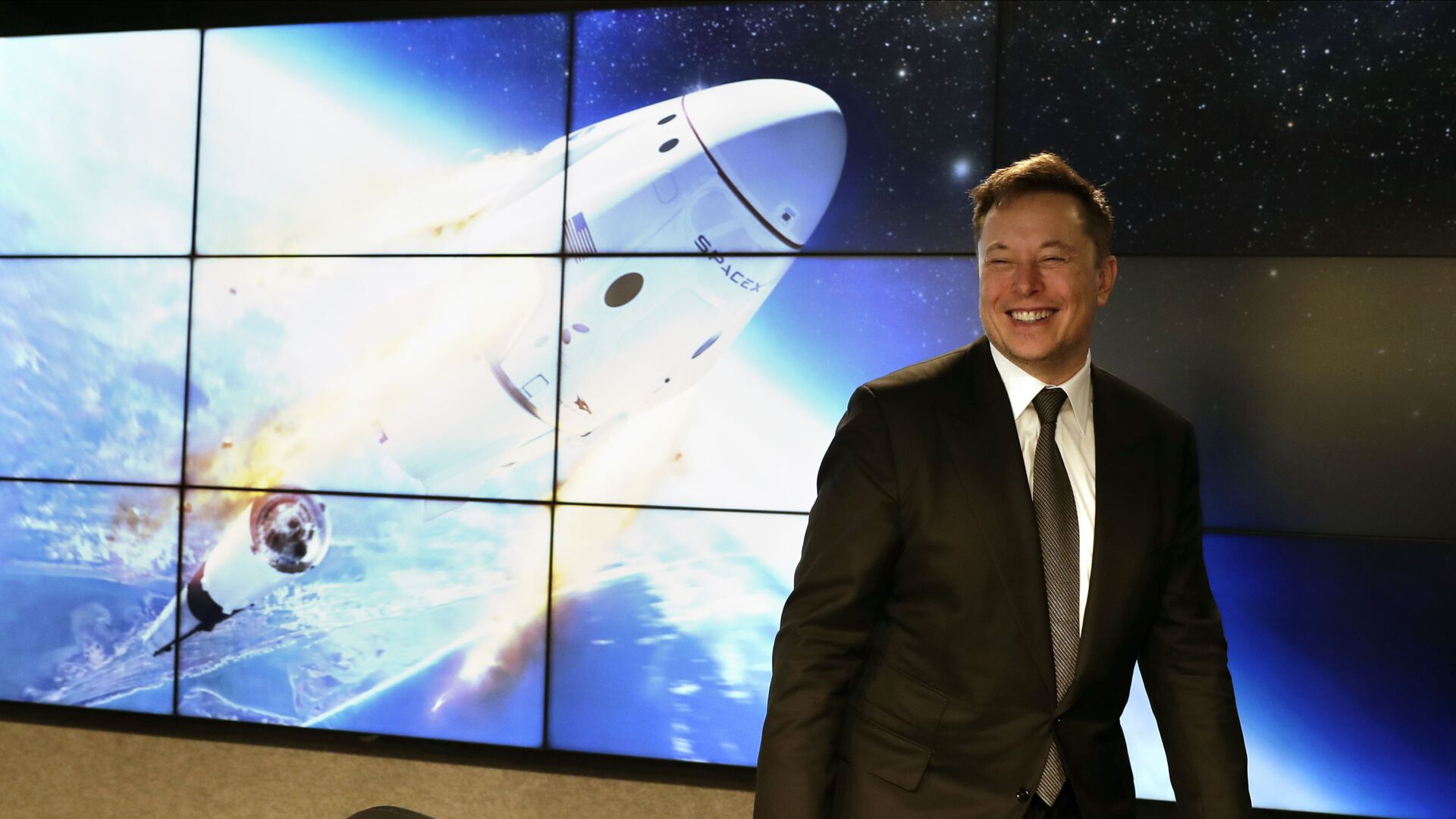 Elon Musk, founder, CEO, and chief engineer/designer of SpaceX speaks during a news conference after a Falcon 9 SpaceX rocket test flight to demonstrate the capsule's emergency escape system at the Kennedy Space Center in Cape Canaveral, Fla., Sunday, Jan. 19, 2020 - Sputnik Italia, 1920, 17.04.2021
