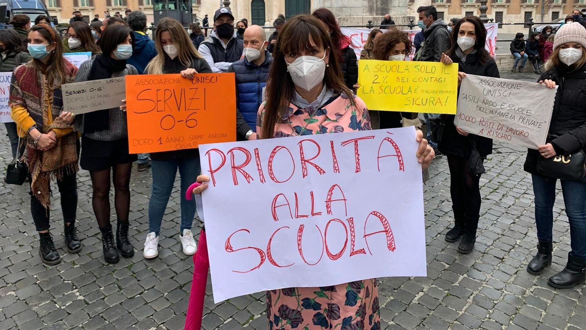 Manifestazione del Comitato Priorità alla scuola a Montecitorio, Roma - Sputnik Italia, 1920, 14.03.2021