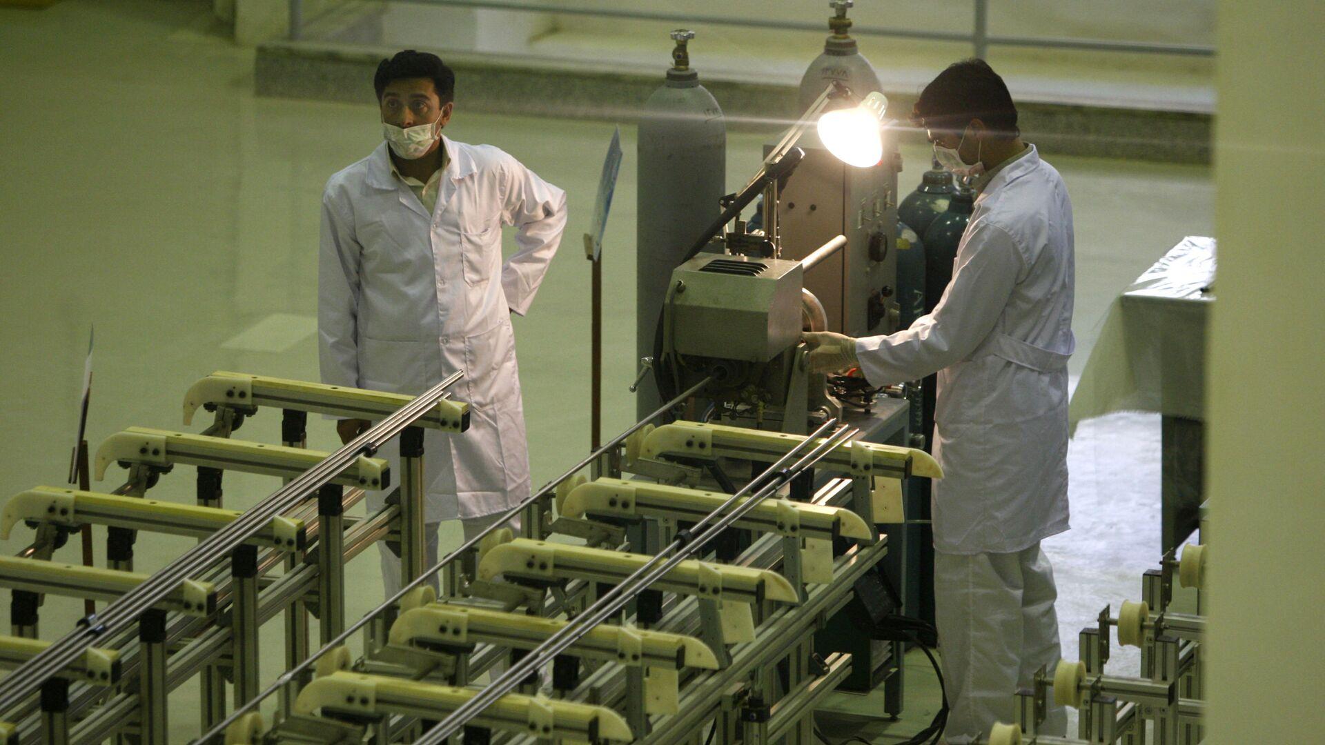 Scienziati iraniani presso un impianto per la produzione di combustibile all'uranio per un reattore nucleare - Sputnik Italia, 1920, 06.04.2021