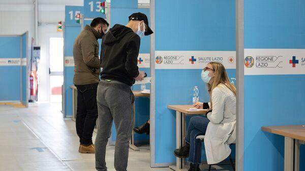 Somministrazione dei vaccini al centro vaccini di Fiumicino - Sputnik Italia