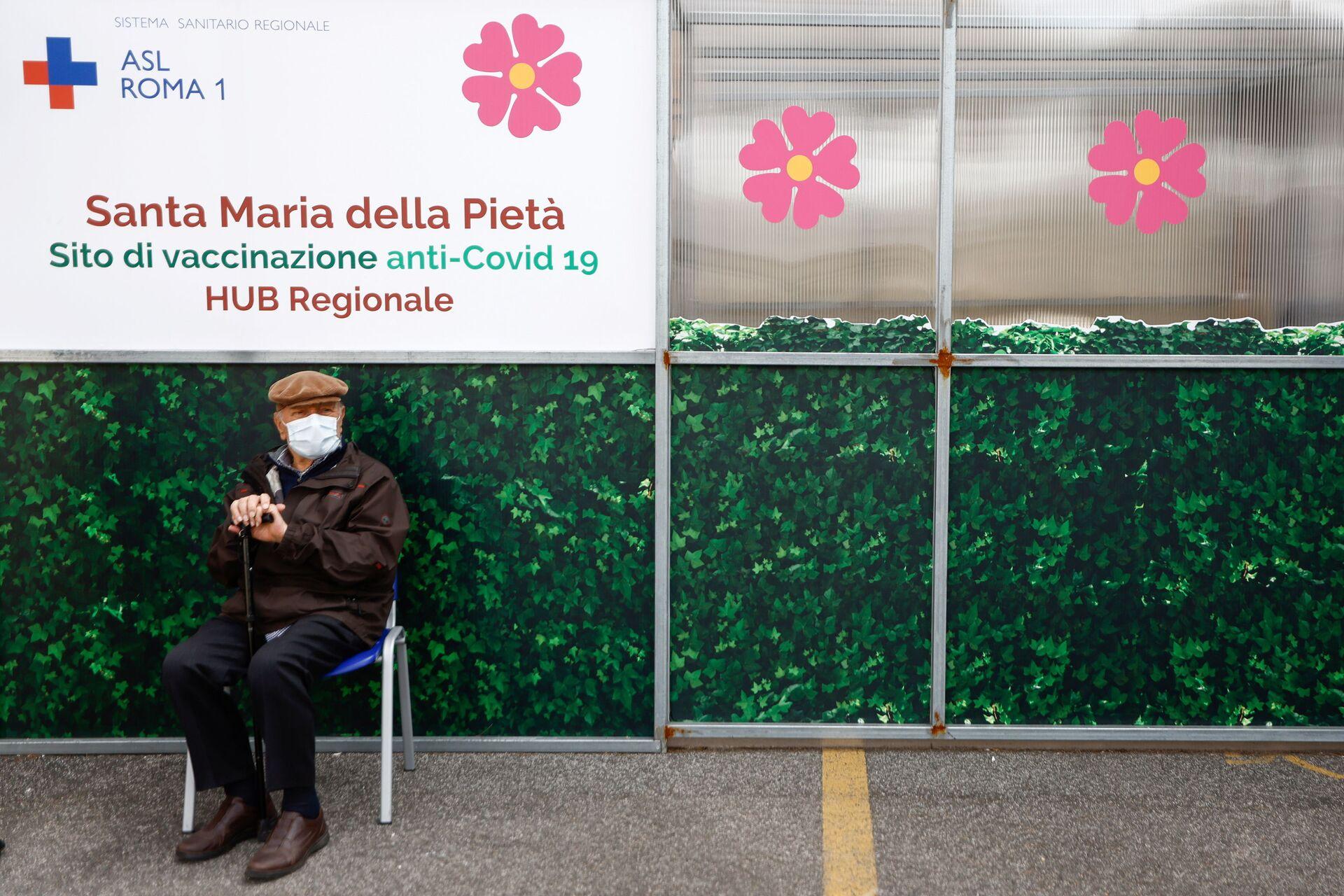 Vaccinazione in Italia, un anziano attende il suo turno - Sputnik Italia, 1920, 18.05.2021