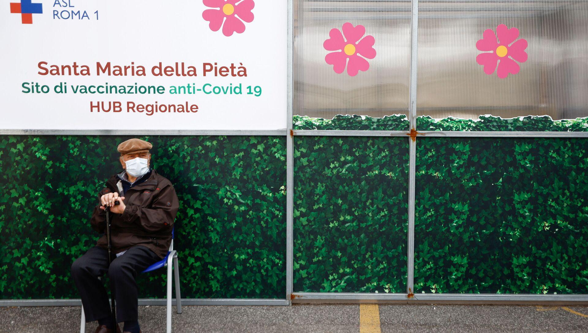 Vaccinazione in Italia, un anziano attende il suo turno - Sputnik Italia, 1920, 24.04.2021