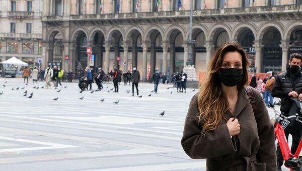 Una donna in una piazza a Milano - Sputnik Italia