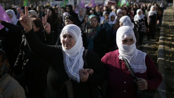 Women march during a protest denouncing violence, in Diyarbakir, Turkey, Friday, Dec. 25, 2015. (File) - Sputnik Italia