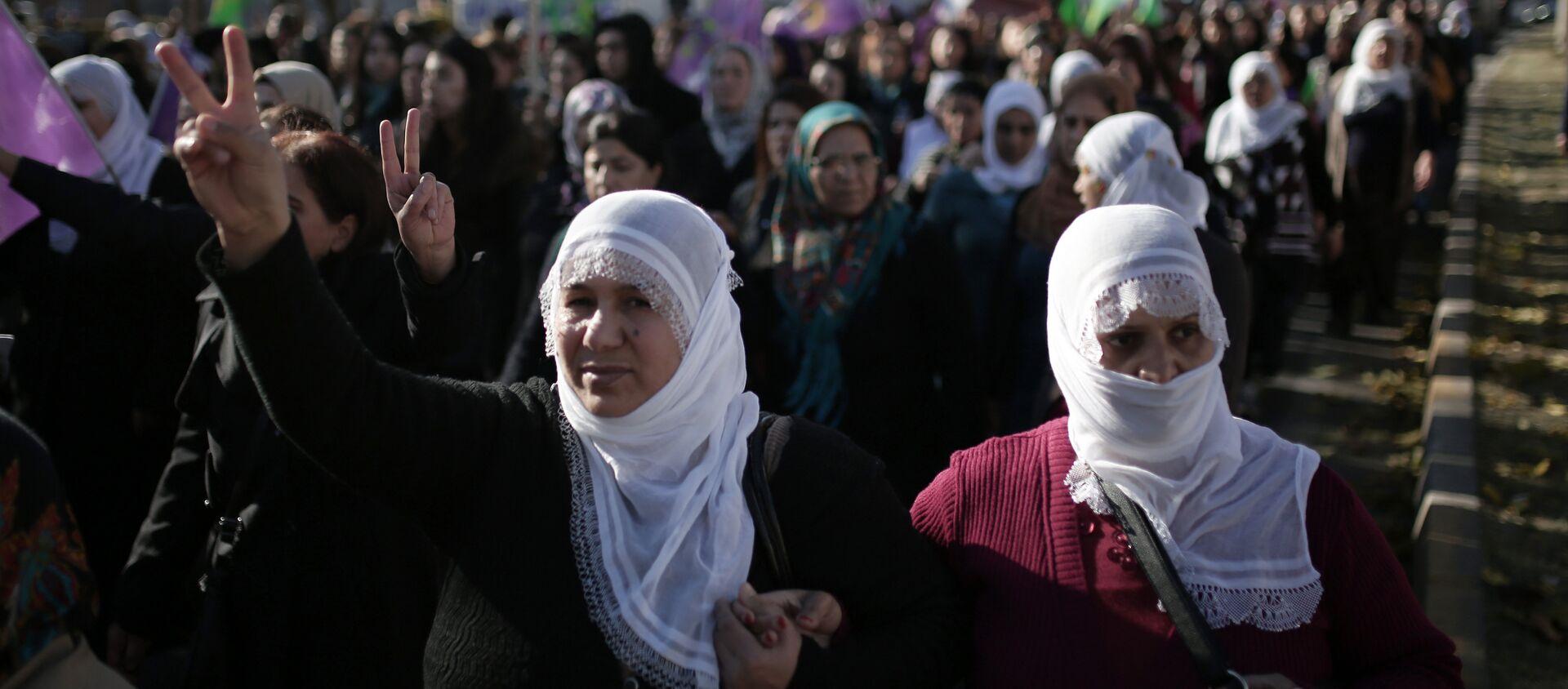 Women march during a protest denouncing violence, in Diyarbakir, Turkey, Friday, Dec. 25, 2015. (File) - Sputnik Italia, 1920, 20.03.2021