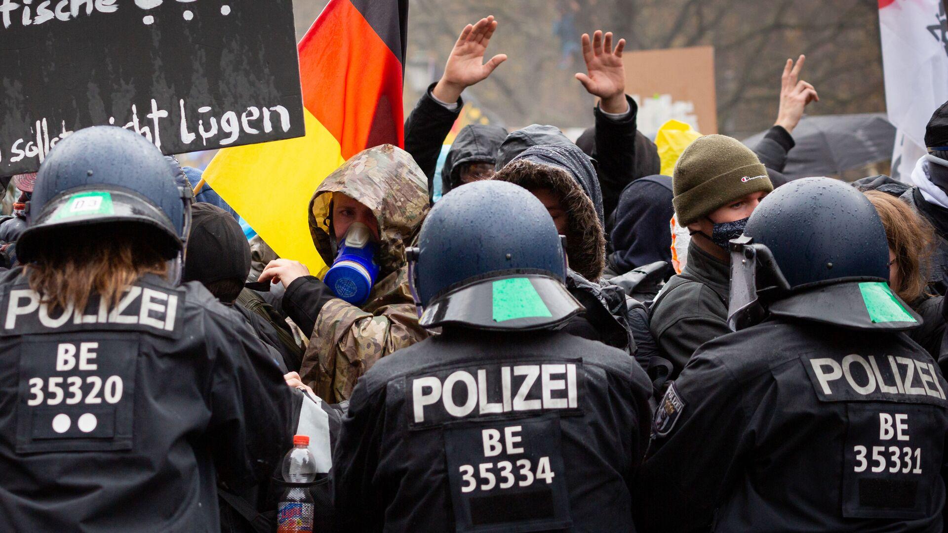 Scontri tra polizia e manifestanti durante le proteste anti-Covid in Germania - Sputnik Italia, 1920, 21.04.2021