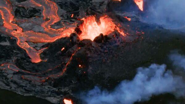 Islanda: i fiumi di lava intorno al vulcano della penisola di Reykjanes riprese con drone - Sputnik Italia