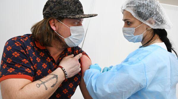 Vaccinazione con Sputnik V in un centro commerciale di Mosca - Sputnik Italia