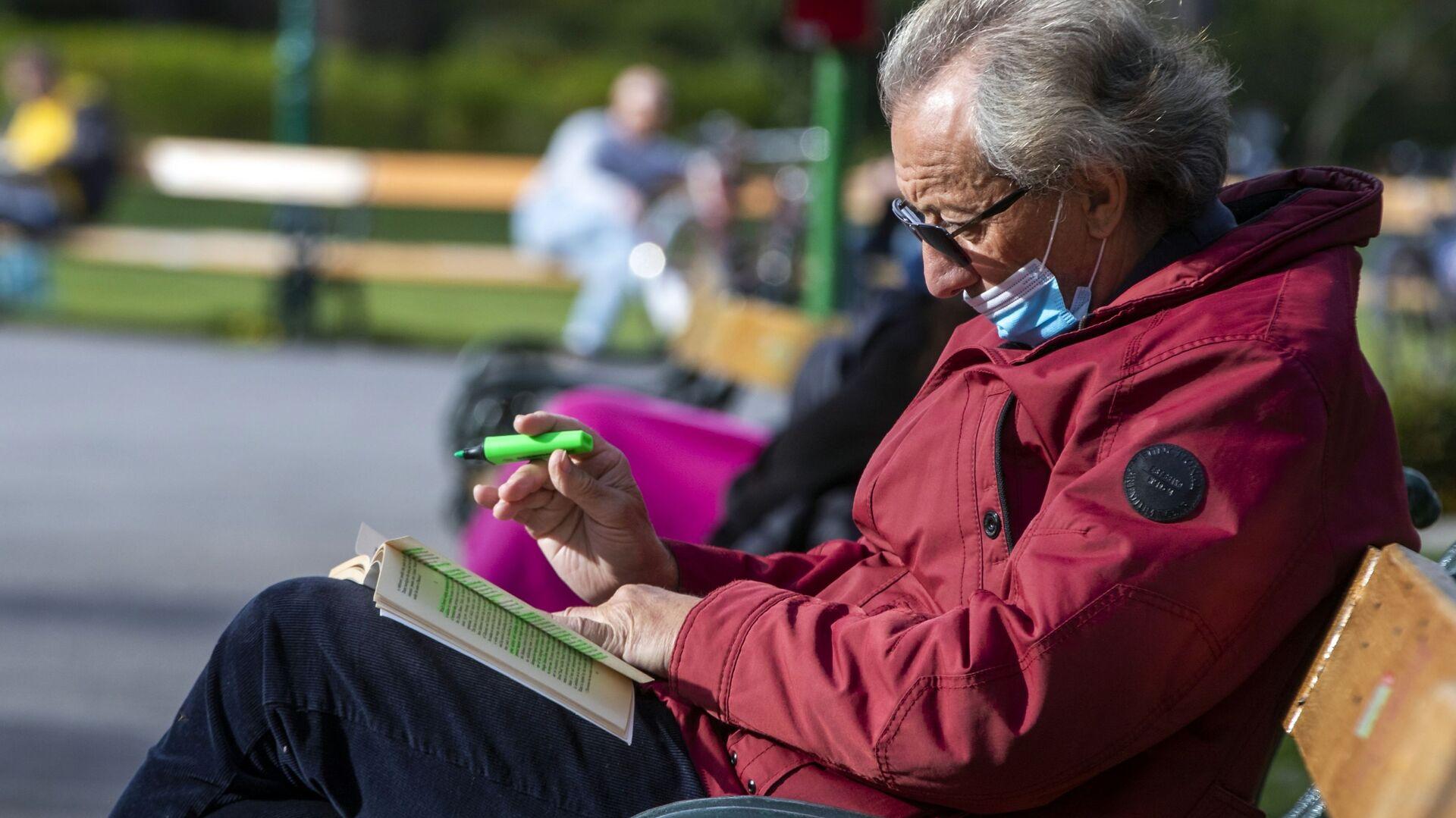Un uomo anziano nel parco a Vienna - Sputnik Italia, 1920, 19.05.2021