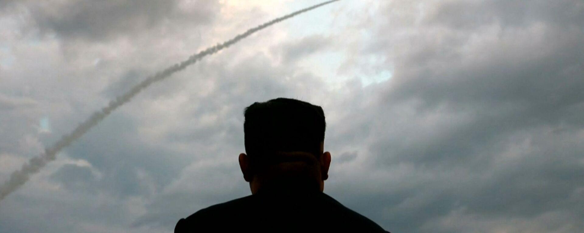 Il leader nordcoreano Kim Jong-un assiste al lancio di un missile balistico - Sputnik Italia, 1920, 28.06.2021