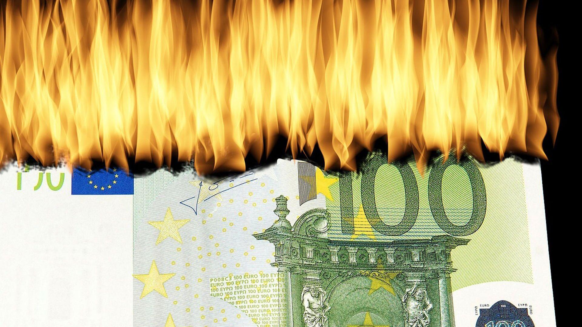 100 euro in fiamme - immagine metaforica - Sputnik Italia, 1920, 04.06.2021