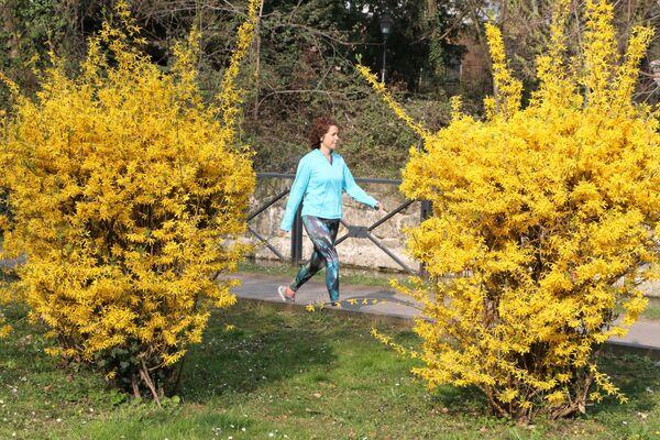 Una ragazza cammina in un parco - Sputnik Italia