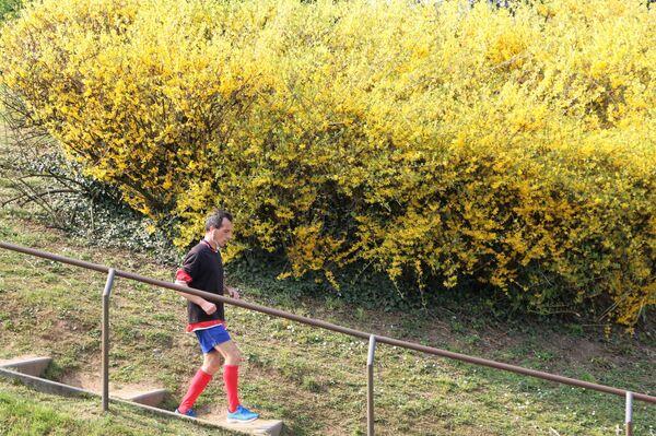 Un uomo corre in un parco - Sputnik Italia