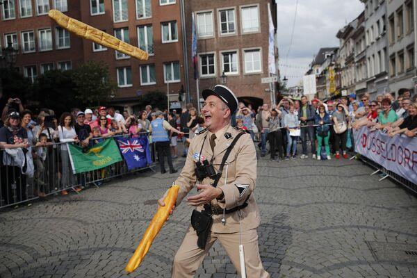 Un uomo vestito da gendarme francese si destreggia tra due baguette a Dusseldorf, in Germania - Sputnik Italia