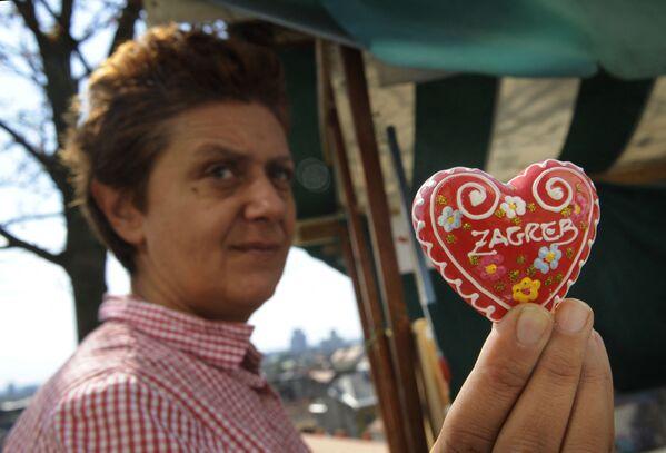 Una donna che tiene il pan di zenzero croato Licitar nelle sue mani, Zagabria - Sputnik Italia